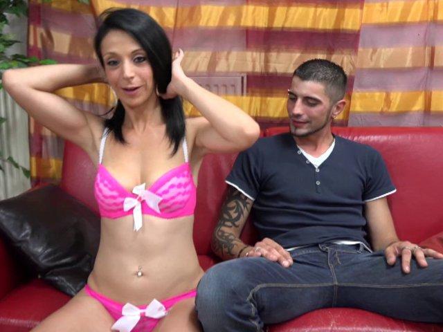 Une femme offre son corps pendant un casting porno