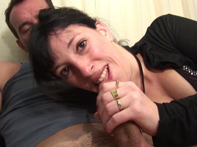 Libertine brunette initiée à la double pénétration