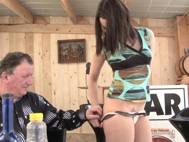 Gogo danseuse fait son premier porno